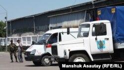 """Машины, на которых привезли подсудимых по """"Хоргосскому делу"""" в здание суда. Алматы, 29 мая 2013 года."""