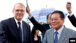 کريستوفر هيل در پی دريافت دعوت نامه از کره شمالی راهی اين کشور شد.