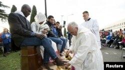 Papa miqrantların ayağını yuyub öpdü- [Fotolar]