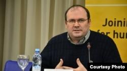 Франци -- Профессор, политикан говзанча Вачагаев Майрбек, Париж, 2016