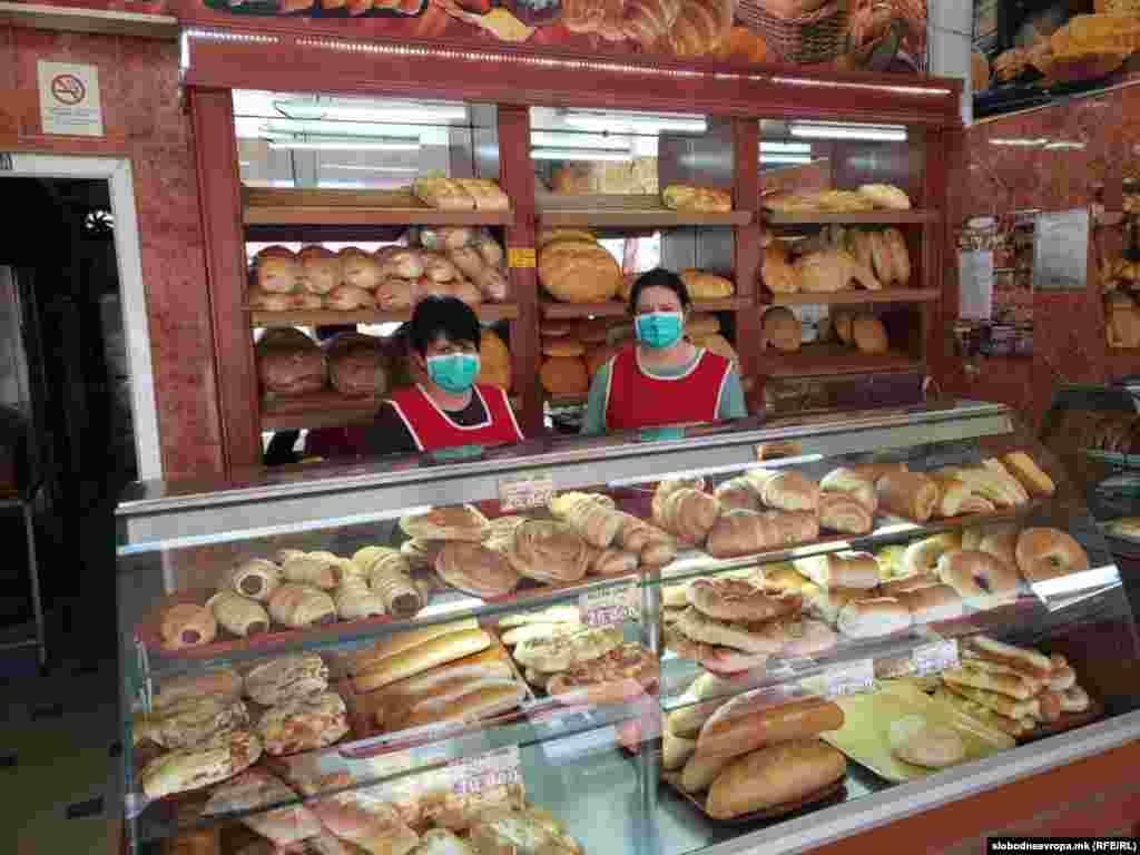 Во Дебар денеска работеа само продавниците за храна. Сите вработени беа со заштитни маски и ракавици, според прописите за кризна состојба.