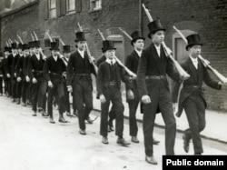 Ученики Итона проходят тренировку с оружием: шла Первая мировая война. Фото 1915 года