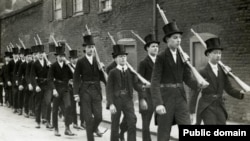 1915 год. В Итоне – занятия по начальной военной подготовке. С тех пор форма одежды учеников элитной школы мало изменилась – отменены только цилиндры.