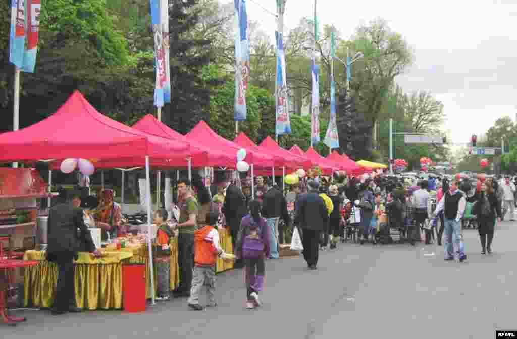 Город Алматы наслаждается очередным праздником. 1 мая 2010 года.