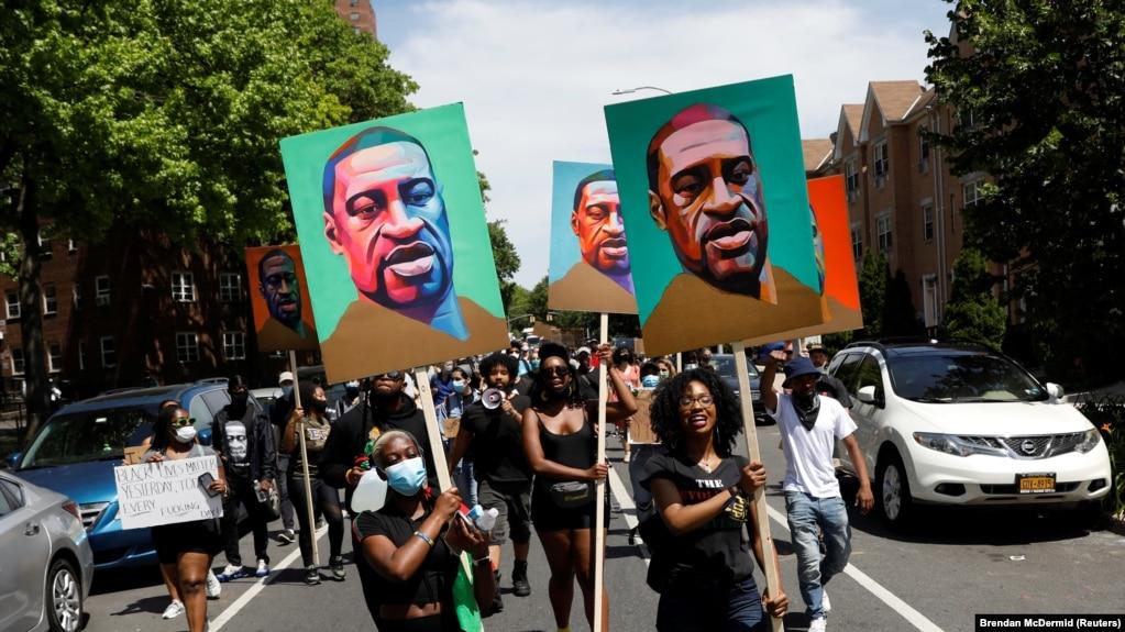 Гибель Флойда привела к многочисленным протестам в США за права темнокожего населения и против произвола полиции
