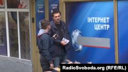 Працівник рекламної фірми російські вивіски замінює на українські