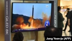 Түндүк Кореянын ракета сыноосу тууралуу кабарды көрүп отурган адамдар. Сеул, Жапония. Иллюстрациялык сүрөт.