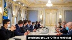 Зеленский на встрече с лидерами крымских татар 18 мая 2020 года.