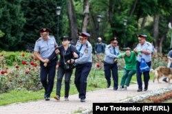 Задержания людей во время митинга. Алматы, 9 июня 2019 года.