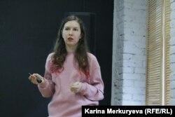 Руководительница медиаотдела Greenpeace Виолетта Рябко рассказывает об экофеминизме. Фото: Карина Меркурьева