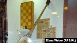 Витрина с предметами досуга, которыми пользовался Нурсултан Назарбаев в студенческие годы. Темиртау, 17 октября 2012 года.