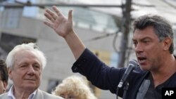 Boris Nemtsov (right) speaks at a memorial to three men killed in the August 1991 coup in Moscow on August 22.