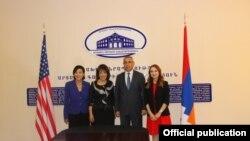 Члены Конгресса США Джуди Чу и Джеки Спейер встречаются с главой МИД Нагорного Карабаха Масисом Маиляном, Степанакерт, 8 октября 2019 г.