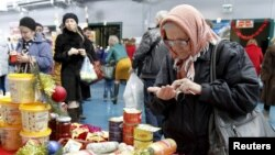 Russia -- An elderly woman counts money at a food fair in the village of Ulyanovka, southeast of Stavropol, December 22, 2015