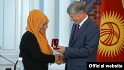 Kyrgyz President Almazbek Atambaev handed out awards to a dozen citizens of different ethnic backgrounds who sheltered and saved families on both sides of the ethnic divide in 2010.