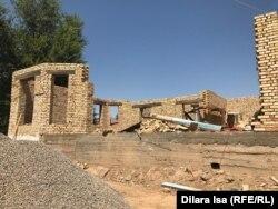 Арыс қаласында жаңадан салынып жатқан тұрғын үйлердің бірі. Түркістан облысы, 1 тамыз 2019 жыл.