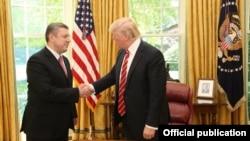 Ґіорґі Квірікашвілі (л) вже зустрівся з Дональдом Трампом (п) у Білому домі у Вашингтоні 8 травня 2017 року