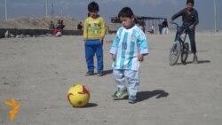 Протести во Косово, потпишан дрес од Меси за дете од Авганистан