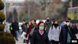 Граѓани со маски како мерка против ширењето на ковид-19