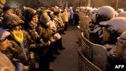 Протестующие и милицейский спецназ в центре Киева