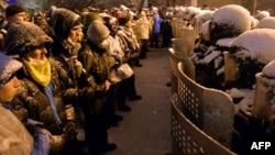 Проевропейские украинские демонстранты стоят напротив полицейских с щитами. Киев, 9 декабря 2013 года.