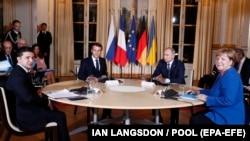 Зустріч лідерів «нормандського формату» несе менше ризиків для України, ніж можливі двосторонні переговори Зеленського і Путіна, попереджають експерти, дипломати і представники опозиції
