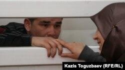Өзбек босқыны Шухрат Ботиров өзін Өзбекстанға экстрадициялаған сот залында әйелімен сөйлесіп тұр. Алматы, 16 наурыз 2011 жыл.