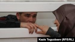 Өзбекстанға қайтарылған босқындардың бірі Шухрат Ботиров сотта әйелімен кездесіп тұр. Алматы, 16 наурыз 2011 жыл