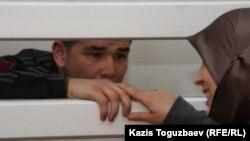 Өзбек босқыны Шухрат Ботиров өзін экстрадициялау туралы үкім шығарған сотта отыр. Алматы, 16 наурыз 2011 жыл.