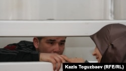 Ныне экстрадированный узбекский беженец-мусульманин Шухрат Ботиров во время заседания суда увидел свою жену. Алматы, 16 марта 2011 года.