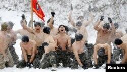 Южнокорейские солдаты играют в снежки с американскими во время совместных учений в Южной Корее