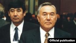 Қазақстан президенті Нұрсұлтан Назарбаев (оң жақта) және оның күзет қызметінің бастығы Амангелді Шабдарбаев. Астана, 2000 жыл.