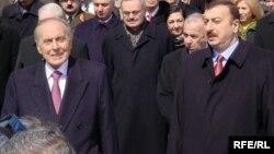 Arxiv fotosu: Keçmiş prezident Heydər Əliyev (solda) oğlu İlham Əliyevlə, 21 mart 2003