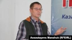 Журналист, құқық қорғаушы Сергей Дуванов. Алматы, 4 қараша 2015 жыл.