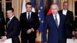 Президент Украины Владимир Зеленский (слева), президент Франции Эммануэль Макрон (в центре) и президент России Владимир Путин (справа) на саммите в Париже. Франция, 9 декабря 2019 года.