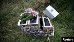 Квіти на уламках «Боїнга-777», Донецька область (архівне фото)