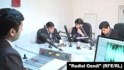 Яке аз мизи гирдҳои Радиои Озодӣ. Акс аз бойгонӣ