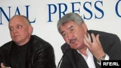 Жалпыұлттық социал-демокртаиялық партия төрағасының орынбасары Әміржан Қосанов(оң жақта). Алматы, 8 қазан, 2008 жыл