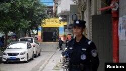 Полиция у здания детского сада в Китае, где, возможно, произошло нападение, 26 октября 2018 года.