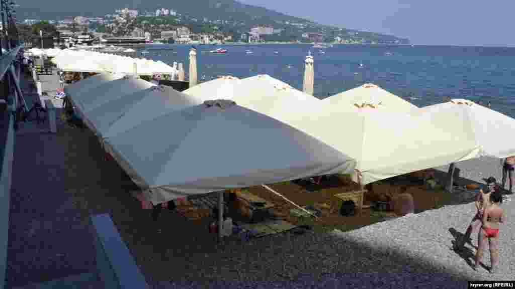 Більша частина пляжу заставлена парасолями, місце під якими можна орендувати за гроші