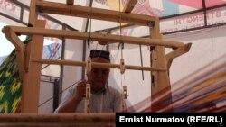 Атактуу өзбек улуттук атлас матасын токуучу жыгач станок