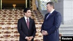 Түркіменстан мен Украина президенттері Гурбангулы Бердімұхамедов (сол жақта) пен Виктор Янукович. Ашғабад, 13 ақпан 2013 жыл.