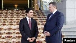 Ґурбанґули Бердімухамедов (л) і Віктор Янукович (п) на зустрічі в Ашгабаті, 13 лютого 2013 року