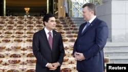 Prezident G.Berdimuhamedow (çepde) ukrain prezidenti W.Ýanukowiçi Aşgabatda garşy alýar. Aşgabat, 13-nji fewral, 2013.