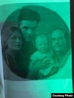 Ирма, Ойген, Анечка менен Аннанын чоң энеси. 1936-жыл.