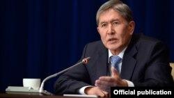 Президент Атамбаев журналисттердин суроолоруна жооп берүүдө. Бишкек, 16-декабрь, 2013.