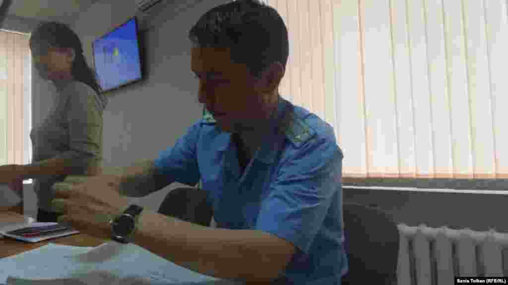 Представитель прокуратуры Марат Хабибуллин поддержал ходатайство следователя департамента КНБ, чтобы Макса Бокаева и Талгата Аяна подвергли аресту на два месяца на период следствия по обвинениям в публичном призыве к захвату власти и насильственному изменению конституционного строя.