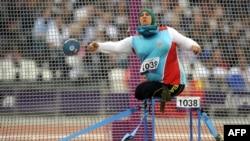 Azərbaycanlı idmançı Mədinət Abdullayeva lövhə atma yarışlarında iştirak edir