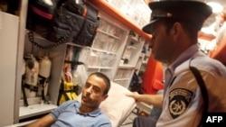 Раненого палестинца Надима Инджаза отвозят из посольства Турции в госпиталь, Тель-Авив, 17 августа 2010
