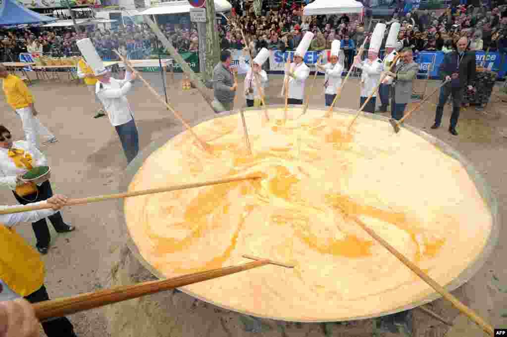 Яйцо – традиционный символ Пасхи. В честь праздника в деревушке Бессьер на ярмарке приготовили гигантский омлет, на который ушло более 15 тысяч яиц